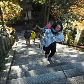 子供をおんぶして急な階段を登ってもの息切れしない方法